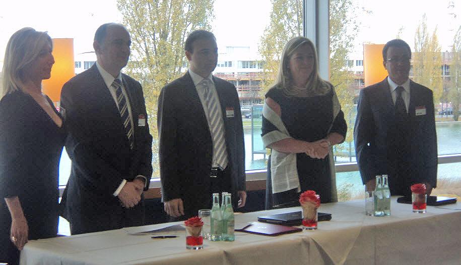 Fujitsu ve Informatik yetkilileri imza töreninde
