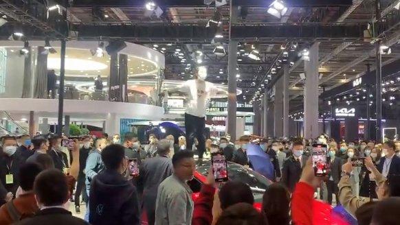 Tesla standını birbirine kattı!