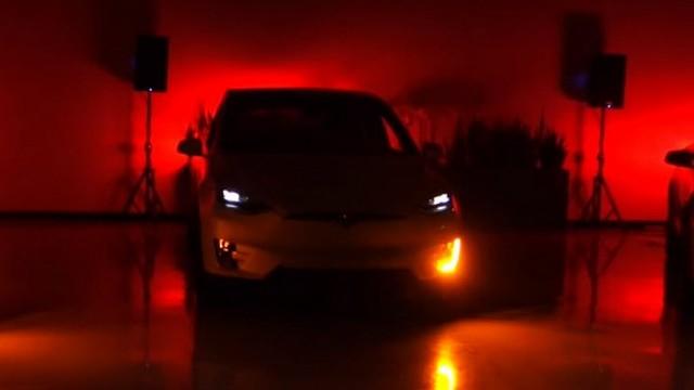 Tesla Model X'ten yılbaşı şovu!