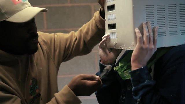 Kafasını Mikrodalgaya Sıkıştırdı!