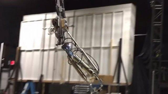 Disney'in Akrobatik Robotu Ters Takla Atabiliyor